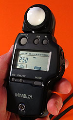This exposure meter measures the brief light from studio flash.